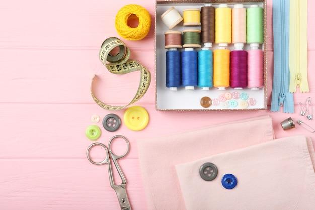 Différents accessoires de couture sur la table en gros plan