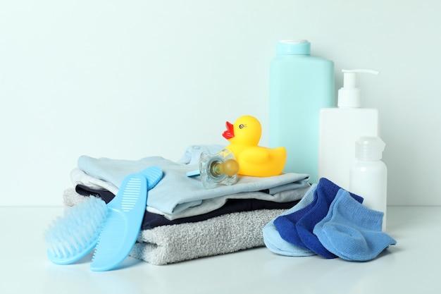 Différents accessoires d'hygiène bébé sur fond blanc
