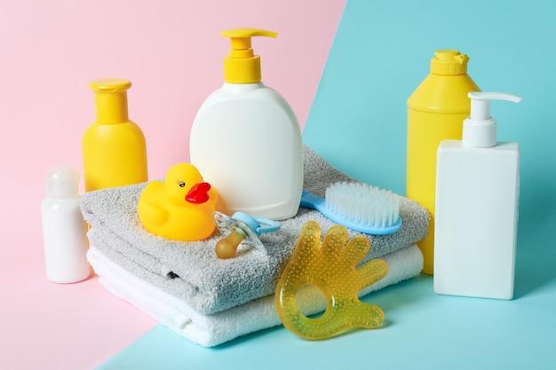 Différents accessoires d'hygiène pour bébé sur fond bicolore
