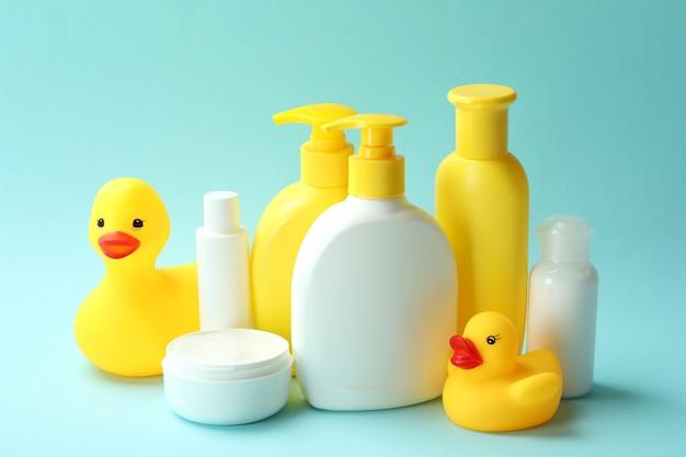 Différents accessoires d'hygiène pour bébé sur fond bleu
