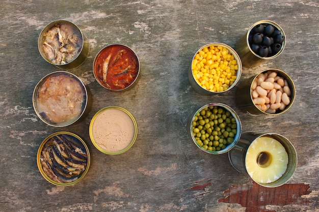 Différents aliments en conserve ouverts. vue de dessus. lay plat.