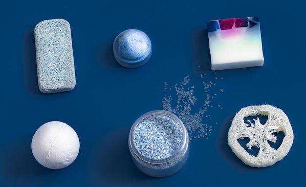 Différents articles de soins du corps sur la couleur bleue.
