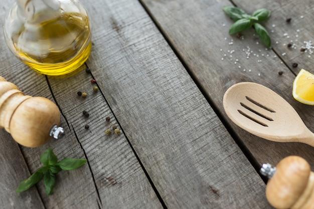 Différents assaisonnements, cuisson de la sauce maison, mayonnaise, sauce à l'ail, assaisonnement sur fond de bois