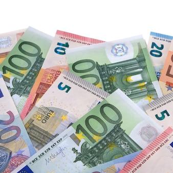 Différents billets en euros différents
