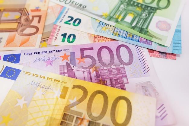 Différents billets en euros. texture d'argent. beaucoup de billets en euros. notion financière. fond d'euro.