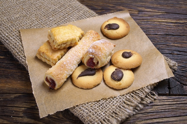 Différents biscuits frais sur une table en bois rustique se bouchent