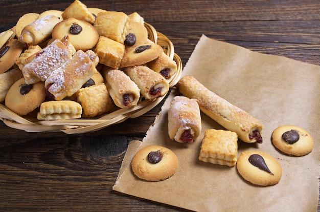 Différents biscuits frais sur la vieille table en bois