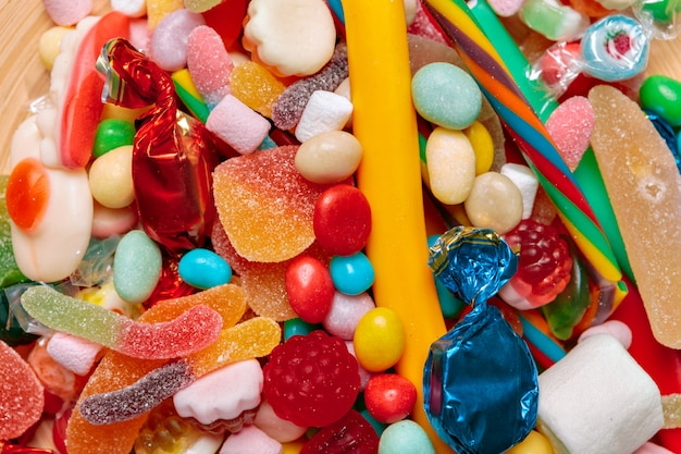 Différents bonbons aux fruits colorés