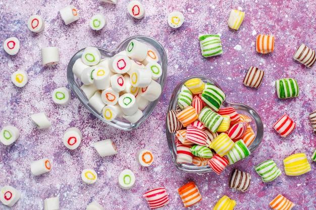 Différents bonbons de sucre colorés, vue de dessus