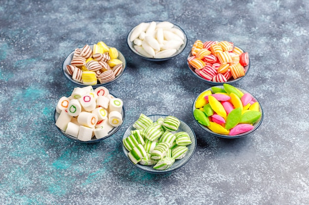 Différents bonbons de sucre colorés
