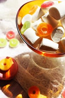 Différents bonbons sur table, gros plan