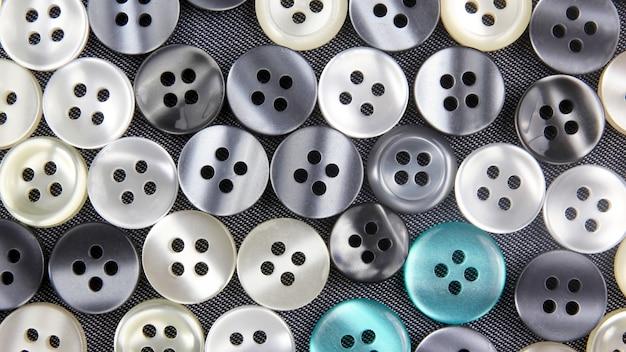 Différents boutons de nacre sur tissu