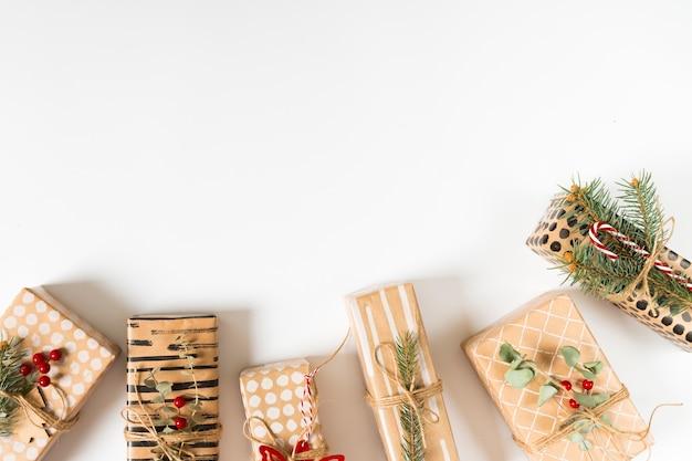 Différents coffrets cadeaux sur table lumineuse