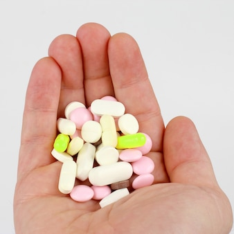 Différents comprimés médicaux dans la paume de votre main