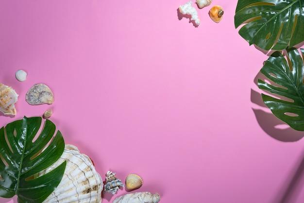 Différents coquillages avec des étoiles de mer et monstera leafs sur fond violet pastel.