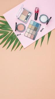 Différents cosmétiques avec espace copie sur fond beige