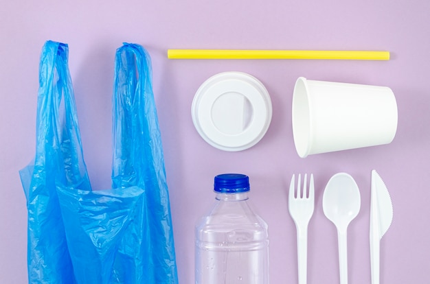 Différents couverts en plastique et en sacs jetables