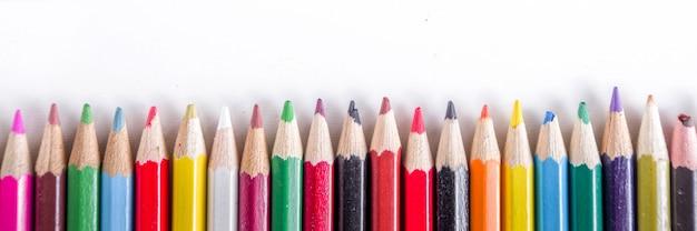 Différents crayons multicolores à plat