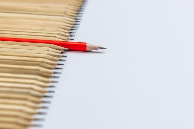 Différents crayons standout montrent le concept de leadership.