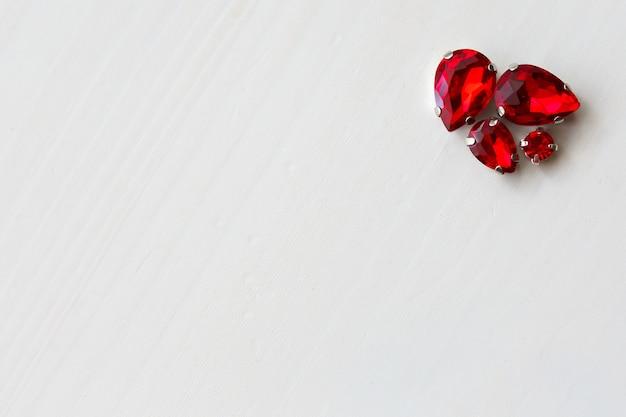 Différents cristaux de perles de différentes tailles sur fond de bois