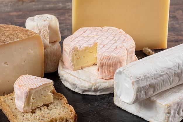 Différents délicieux fromages français sur paille