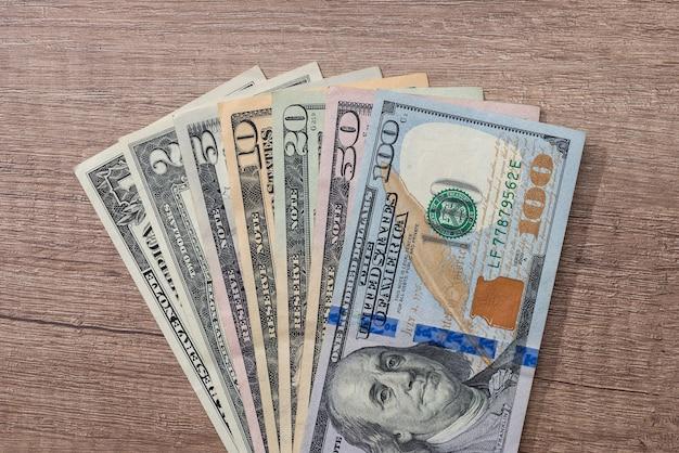Différents dollars américains sur le bureau