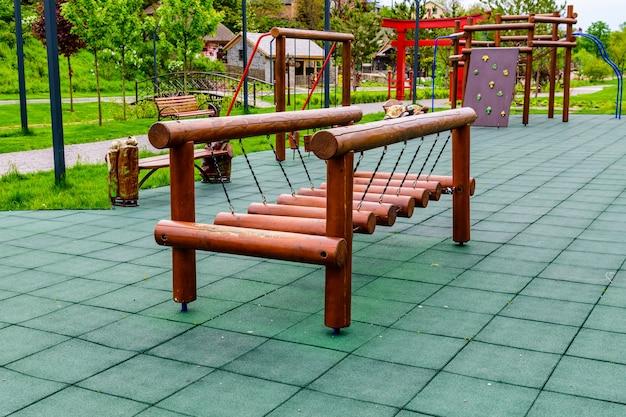 Différents équipements sur une aire de jeux pour enfants dans un parc de la ville