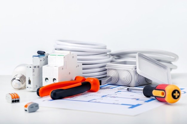 Différents équipements électriques, fils et outils sur schéma électrique
