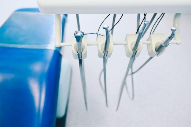 Différents équipements, instruments et outils dentaires professionnels dans une clinique de bureau de stomatologie de dentistes.