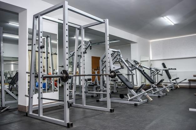 Différents équipements de sport dans la salle de sport en arrière-plan