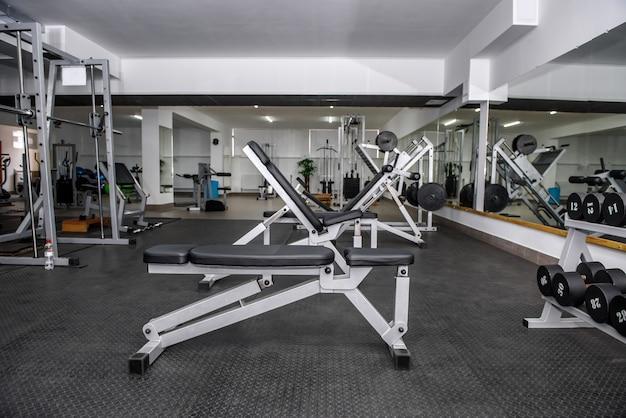 Différents équipements de sport en gros plan de gym moderne