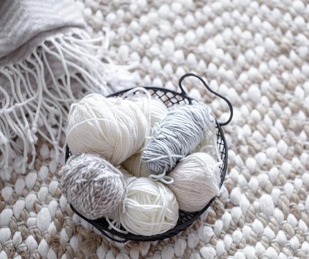 Différents fils pour tricoter dans des couleurs pastel.