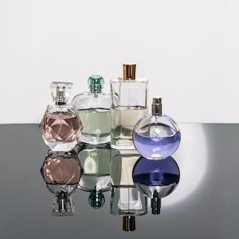 Différents flacons de parfum avec des reflets