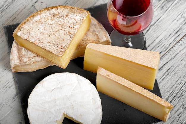 Différents fromages français avec un verre de vin
