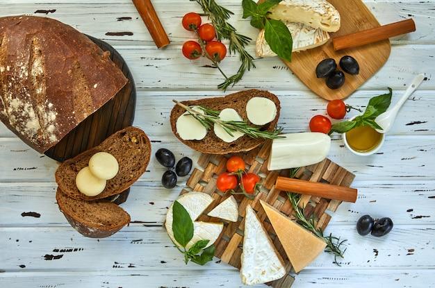 Différents fromages sur table