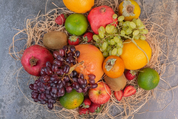 Différents fruits frais sur une surface en marbre