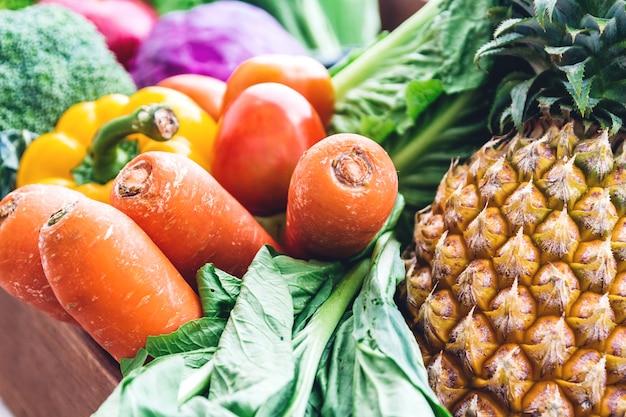 Différents fruits et légumes frais sur la table en bois blanc