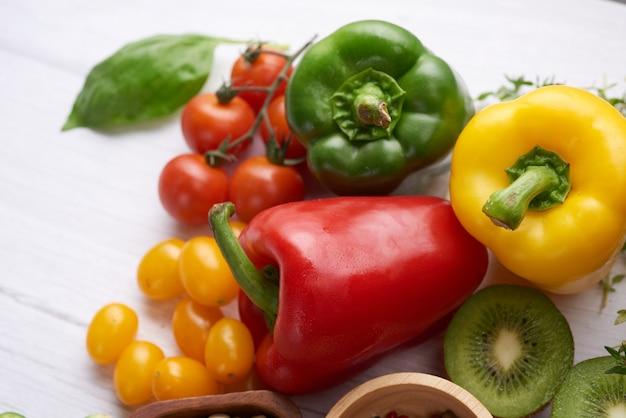 Différents fruits et légumes sur la table. vue de dessus à plat.