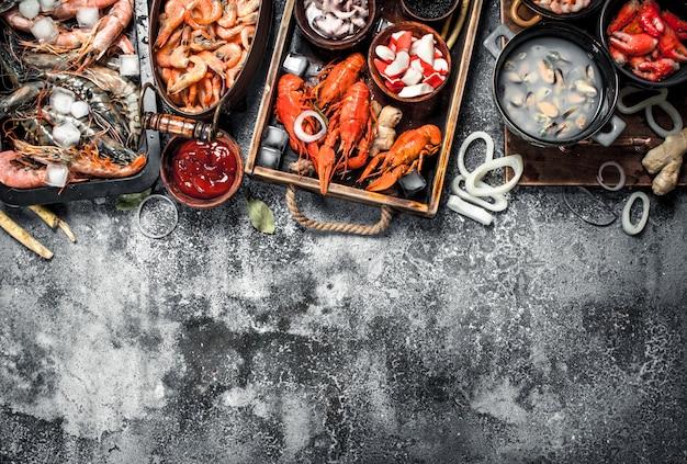 Différents fruits de mer frais sur une table rustique.
