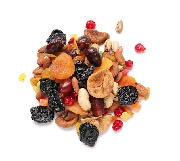Différents fruits secs sur blanc