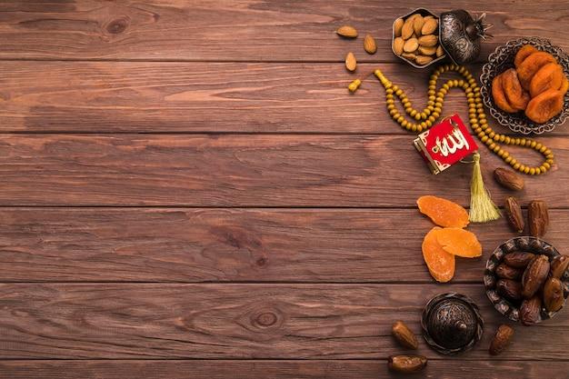 Différents fruits secs et noix avec des perles