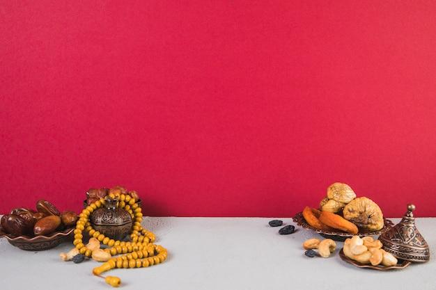 Différents fruits secs avec des noix et des perles