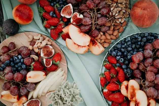Différents fruits tranchés sur une assiette