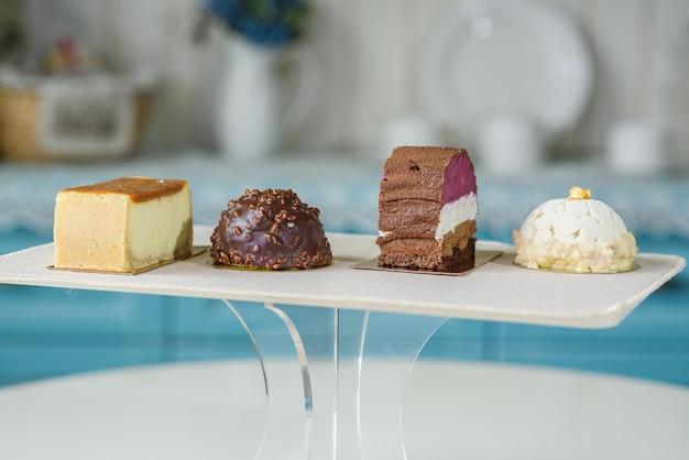 Différents gâteaux délicieux et beaux sur la table dans un café confortable