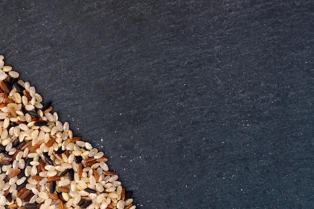 Différents grains de riz dispersés sur la table