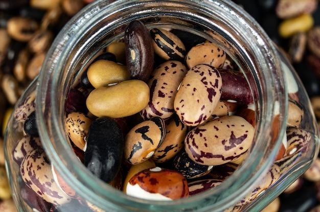 Différents haricots éparpillés sur la table