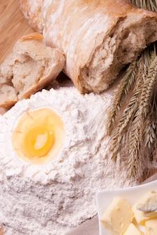 Différents ingrédients de cuisson sur la table