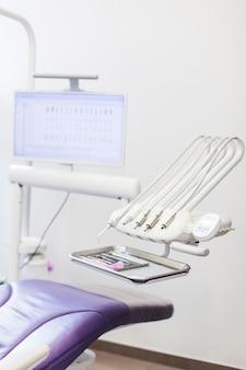 Différents instruments dentaires en clinique