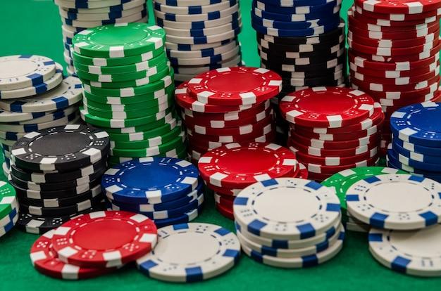 Différents jetons de poker sur table au casino