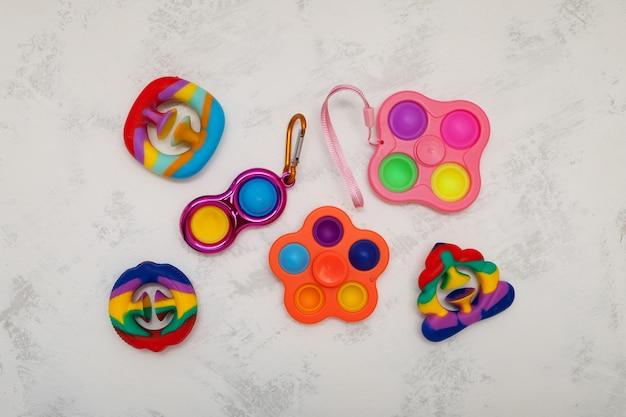 Différents jouets pour enfants colorés populaires spinner simple fossette pop it et jouets snapperz